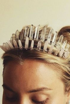 to make a DIY crystal crown How to make a high-vibe crystal crown.How to make a high-vibe crystal crown. Diy Tiara, Make A Crown, Diy Crown, Old Jewelry, Jewelery, Jewelry Making, Lariat Necklace, Crystal Necklace, Pearl Necklaces
