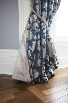 Looking for a classic curtain that perfectly fits your window and matches your colour scheme?    #curtains #interiordesign #interiordesigner #bespokecurtains #madetomeasure #livingroom #livingroomdecor #interiorgoals