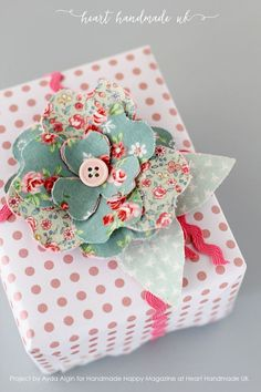 Gift Wrapping Ideas : A gorgeous garland made of pretty bendy fabric flowers – How To Make Fabulous Bendy Flowers For LOADS Of Crafty Projects! Crafts For Teens To Make, Crafts To Sell, Diy And Crafts, Decor Crafts, Fabric Flowers, Paper Flowers, Craft Flowers, Cloth Flowers, Felt Flowers