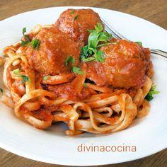 Esta receta de tallarines con albóndigas se puede preparar también con espagueti o cualquier otras pasta larga que te guste, lingüini, fetuccini...