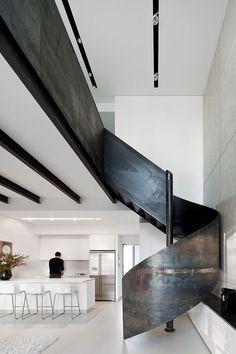 un escalier métallique et noir en colimaçon