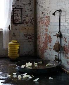 Mélange de styles totalement réussi dans cette ambiance !  Chez Attends-moi sous la douche... on aime laisser place aux idées. Surtout quand ces idées nous inspirent ! #amsld #loft #bathroom #interiors #decorationdinterieur