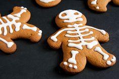 Night of the Gingerdead << Via Crumbs and Corkscrews http://crumbsandcorkscrews.co.uk/halloween-gingerbread-men/ #halloween