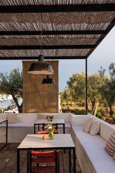 terraza con pérgola de hierro y cañizo