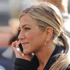 jennifer aniston low ponytail - She always looks chic and age appropriate. Jennifer Aniston Style, Jennifer Aniston Photos, Jennifer Aniston Hairstyles, Ponytail Hairstyles, Trendy Hairstyles, Men's Hairstyle, Hairstyles Haircuts, Wedding Hairstyles, Jeniffer Aniston