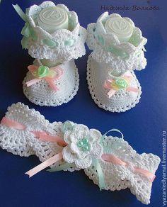 Крестильные принадлежности ручной работы. Ярмарка Мастеров - ручная работа Крестильный комплект для девочки. Handmade. Crochet Baby Sandals, Booties Crochet, Baby Girl Crochet, Crochet Baby Clothes, Crochet Slippers, Cute Crochet, Baby Booties, Knitting For Kids, Crochet For Kids