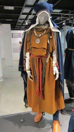 """Izstāde """"Latviskās dvēseles raksti"""". Lībiešu 11. gs. tērpa - Salaspils Laukskolas 480. kapa atdarinājums."""