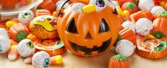 Looking for a list of kosher Halloween candy? Here's a list of candy online that it's okay for Purim or Halloween. Dulces Halloween, Bonbon Halloween, Halloween Candy, Happy Halloween, Halloween 2020, Halloween Images, Dangerous Foods For Dogs, Toxic Foods For Dogs, Samhain