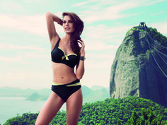 Il bikini in foto è un balconcino morbido della linea Fantasie, coniuga il comfort della coppa differenziata alla praticità del costume da bagno. Splendido e luminoso il contrasto tra oro e nero. Coppe dalla F alla G