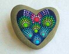 Roca de piedra pintados a mano de corazón. Mandala pintado Rock ~ Home Decor por Pitrone Miranda