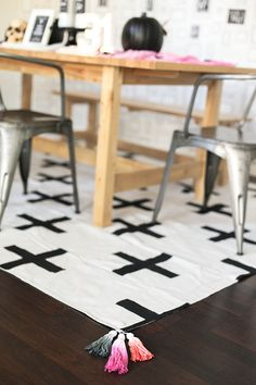 Learn how to make this chic DIY dropcloth rug from Rebecca and Shannon of Petite Party Studio. It was part of a dining room makeover for fall, but the rug looks great year round. Click through to see the easy tutorial. || @petitepartypins