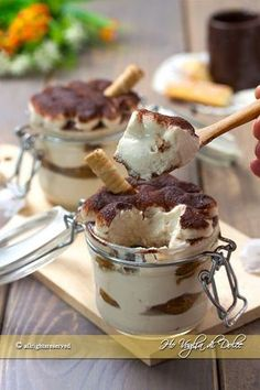 Tiramisù alla ricotta leggero e senza uova ricetta | Ho Voglia di Dolce Mini Desserts, Just Desserts, Dessert Recipes, Sweet Recipes, Easy Dinner Recipes, Happiness Recipe, Tiramisu, Light Cakes, Pastry Art