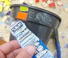 Cole os azulejos usando silicone em vasos de plástico.