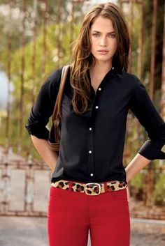 Black blouse, red jeans and an animal print belt - Sophisticated casual Schwarze Bluse, rote Jeans u Red Jeans Outfit, Pants Outfit, Jean Outfits, Casual Outfits, Cute Outfits, Fashion Outfits, Women's Pants, Fashion Scarves, Black Blouse Outfit