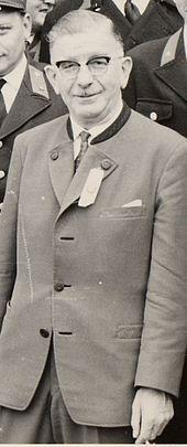 Leopold Figl (* 2. Oktober 1902 in Rust im Tullnerfeld, Niederösterreich; † 9. Mai 1965 in Wien) war ein Politiker der Österreichischen Volkspartei (ÖVP). Von 1945 bis 1953 war er der erste Bundeskanzler Österreichs nach dem Zweiten Weltkrieg und, nach der Provisorischen Staatsregierung unter Karl Renner, gleichzeitig der erste Bundeskanzler einer demokratisch legitimierten österreichischen Bundesregierung seit 1934. 9 Mai, Double Breasted Suit, Austria, Suit Jacket, Suits, Jackets, Fashion, Politicians, Moda