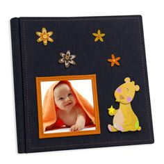 Album porta foto  Formato: 30x30  Interno: blocco con velina. 30 fogli, 60 facciate  Copertina: realizzata artigianalmente in tessuto jeansato, con applicazioni baby e apposito spazio per inserire una foto.