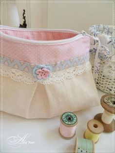No pattern or tutorial but really nice color scheme and style. Notice the crocheted flower on the front. Fabric Handbags, Fabric Bags, Diy Bags Jeans, Jute Tote Bags, Diy Handbag, Handmade Purses, Patchwork Bags, Bag Patterns To Sew, Cute Bags