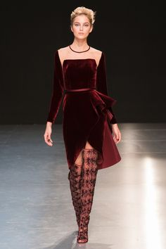 There is something both romantic and sophisticated in the mysterious woman of Georges Chakra's Fall-Winter 2017/2018 Haute Couture collection. The colors are dark and deep, the lines either sharp and geometric or curved and voluptuous. Intricate folds, transparencies and glittery beads imbue the collection with luxury.