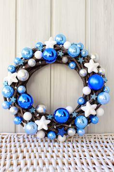 Witajcie :)  Październik przeleciał nie wiedzieć kiedy, tyle się działo w tym miesiącu, że zupełnie nie zarejestrowałam jego przemijania....... Christmas Door Hangings, Christmas Decorations For The Home, Christmas Colors, Christmas Arts And Crafts, Modern Christmas, Rustic Christmas, Origami Christmas Ornament, Christmas Ornaments, Holiday Wreaths