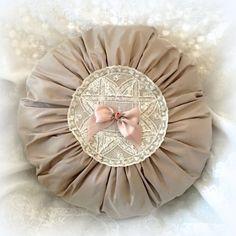 Coussin rond plissé en soie marron glacé et dentelle ancienne : Textiles et tapis par lolitarose