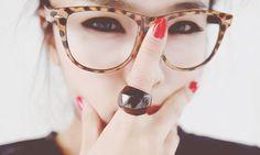 Óculos coloridos e divertidos são a nova onda do momento!   Tá esperando o que para investir nessa trend fofa?  ;)
