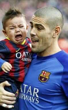 Valdés, intentando calmar a su hijo mediano Kai tras la foto de equipo