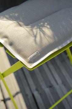 Créé spécialement pour une utilisation à l'extérieur, ce coussin apportera un confort incomparable à votre mobilier Bistro.