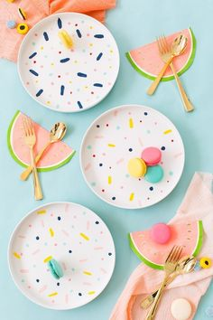 The perfect rainy afternoon craft project, DIY confetti pattern placemats and chargers - sugar and cloth Summer Table Decorations, Decoration Table, Diy Home Decor On A Budget, Cheap Home Decor, Party Fiesta, Diy Confetti, Ideias Diy, Diy Hacks, Diy Party