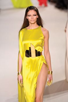 Los cinturones XXL fueron protagonistas en el desfile de Stéphane Rolland, así como los guantes dorados; una mezcla del estilo griego y futurista.