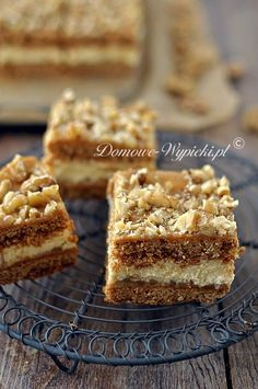 Honey cake with pudding cream and dulce de leche - recipe - Layered honey cake with pudding cream and dulce de leche, sprinkled with chopped nuts. Very tasty, - Food Cakes, Tea Cakes, Russian Honey Cake, Lemon Cheesecake Recipes, Sour Cream Cake, Summer Cakes, Cake Tasting, Pudding Cake, Polish Recipes