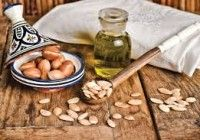Argan oil is extracted from the fruit of the argan tree, which is native to Morocco. In Morroco, argan oil is widely used.Argan oil benefits and uses for skin Argan Oil Eyelashes, Argan Oil Hair, Hair Oil, Natural Oils, Natural Skin Care, Oil For Eyelash Growth, Escapade Gourmande, Argan Oil Skin Benefits, Hair Care