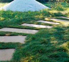 Stepping stones in the grass can be hard to pull off. Here...it works beautifully.