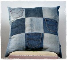 Recycled jeans pillow (projects, crafts, DIY, do it yourself, interior design… Diy Jeans, Sewing Pillows, Diy Pillows, Cushions, Jean Diy, Recycling, Reuse Recycle, Memory Pillows, Denim Ideas