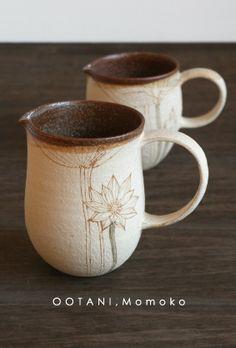 Ootani Momoki ceramic mugs. love the drawings on the side. Pottery Mugs, Ceramic Pottery, Thrown Pottery, Slab Pottery, Ceramic Cups, Ceramic Art, Earthenware, Stoneware, Cerámica Ideas