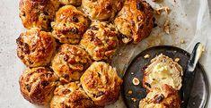 Deze notenbroodjes zijn heerlijk als ontbijt Muesli, Tandoori Chicken, Brunch, Crackers, Ethnic Recipes, Food, Pretzels, Granola, Essen