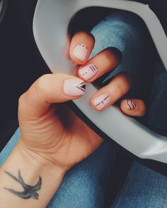 Nails Art Christmas Minimal Ideas For 2019 Shellac Nails, Diy Nails, Love Nails, Pretty Nails, Mens Nails, Silver Glitter Nails, Minimalist Nails, Nail Trends, Nails Inspiration