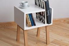 UNO: Elegante buró que funciona como mesa y librero, fabricado en madera de roble.  Diseñado por  el estudio Field & Rage de Rusia.