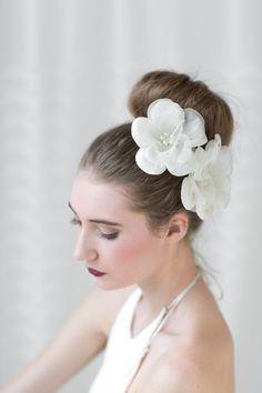 Alle wichtigen Brautfrisuren im Überblick  || Haarschmuck von PowderBlueBijoux | @hochzeitsplaza | #braut #brautfrisur #hochzeitsfrisur #frisur #haarschmuck #dutt #blüten