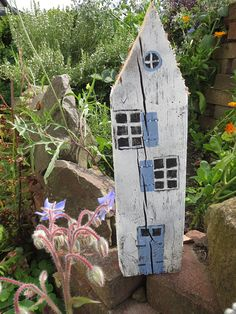 Ideas and Inspirations: Holzhäuser Dekoration basteln * Sweden homes Wooden Crafts, Diy And Crafts, Garden Projects, Wood Projects, Sweden House, Diy Fence, Fence Ideas, Diy Décoration, Driftwood Art