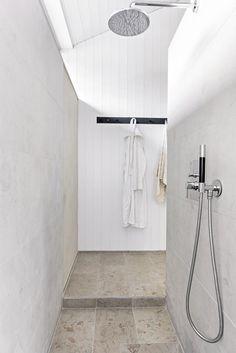 Limestone, plaster and a tranquil simplicity Dark Bathrooms, Bathroom Taps, Dream Bathrooms, Minimalist Bathroom, Minimalist Decor, Modern Shower, Modern Bathroom, Fixer Upper House, Modern Toilet