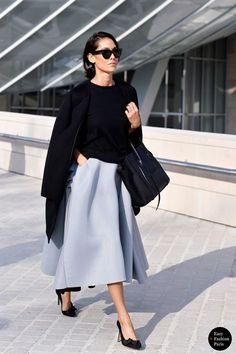 ライトグレーのボリューミースカートは清楚な雰囲気で男性からも人気
