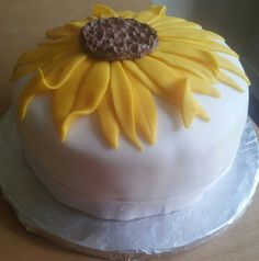 Sunflower bithday cake Sunflower Birthday Cakes, Sunflower Cakes, Beautiful Cakes, Amazing Cakes, Happy Birthday Cake Images, Bithday Cake, Cupcake Cakes, Cupcakes, Simple Cakes