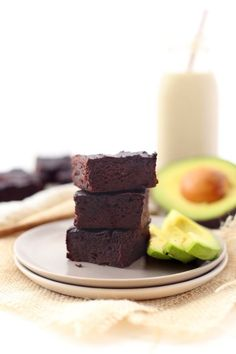 Healthy Avocado Brownies - The Healthy Maven - A healthy & delicious recipe for avocado brownies! Replace oil or butter with heart-healthy avocados for a delicious and nutritious Healthy Summer Snacks, Healthy Dessert Recipes, Healthy Baking, Healthy Desserts, Eat Healthy, Avocado Brownies, Healthy Brownies, The Healthy Maven, Avocado Dessert