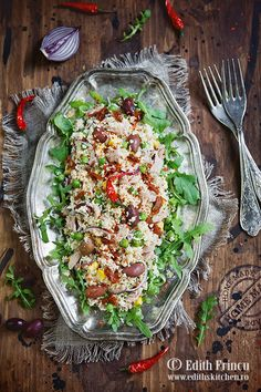 Salata cu ton si cous cous - la care am adaugat mazare fiarta, porumb, masline, ceapa rosie ruccola si ulei. Pasta Salad, Cobb Salad, Edith's Kitchen, Couscous, Cheesecake, Ethnic Recipes, Food, Bebe, Crab Pasta Salad