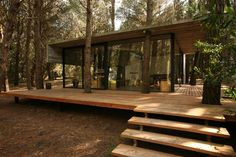 Analizaremos el diseño de una pequeña casa de dos dormitorios construida dentro de un bosque de coníferas, con una estructura moderna donde se ha equilibrado el hormigón, el cristal y la madera y r…