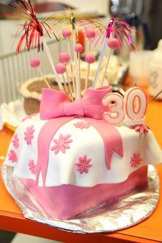 Eine Torte zum 30sten Geburtstag mit einfachen Dekoration aus Fondant zum nachmachen. Fondant, Cake, Desserts, Food, Work Shop Garage, Pies, Birthday, Dekoration, Tailgate Desserts