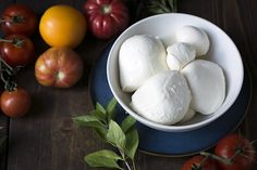 If you love cheese, homemade mozzarella that you have stretched and shaped yourself is something quite special. It has a fresh, milky taste that is unbeatable. Recipes With Mozzarella Cheese, Fresh Mozzarella, Cheese Recipes, Mozzarella Homemade, Homemade Cottage Cheese, Homemade Cheese, Milk Recipes, Cooking Recipes, Cuisines Diy