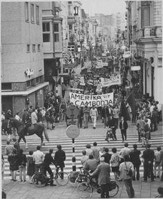 De Herestraat met een demonstratie tegen de inmenging van Amerika in Vietnam in 1970. - Foto's SERC