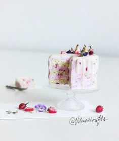 Polymer clay  cake #polymerclay#fimo#clay#food#fakefood#dollhouse#crafts#miniature#dollhouseminiatures#dessert#cake#cakeart#miniatures#handmade#strawberry#miniaturefood#baking#miniaturecake#käsityö#nukkekoti