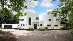 An incredibly striking house, but this Stanley Hamp-designed Whitelands art deco property in Beaconsfield, Buckinghamshire has been updated considerably. Eileen Gray, Modern Garage, Mediterranean Style Homes, Art Deco Buildings, Art Deco Home, Chrysler Building, Architectural Features, Beautiful Interiors, Detached House